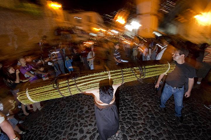 Fiel realizando un sacrificio, durante la Semana Santa en Taxco