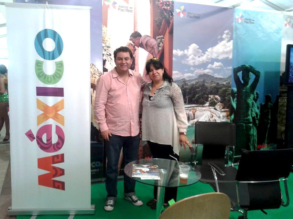 Liz Bahena en el stand junto a Omar Macedo García, Director para Colombia y Representante para la Alianza del Pacífico